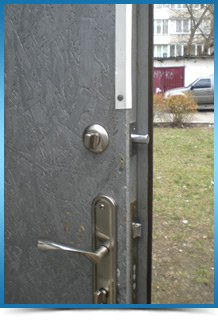 Установка врезной дверной задвижки